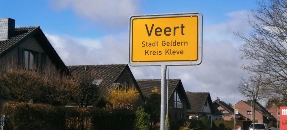 Veert, Stadt Geldern (Ortsschild vor Häusern)